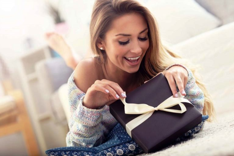 Gift giving traditions in Russia – how to choose a present for a pretty girl